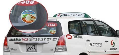Quảng cáo trên cửa kính sau taxi