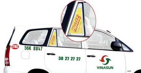 Quảng cáo trên kính tam giác xe taxi