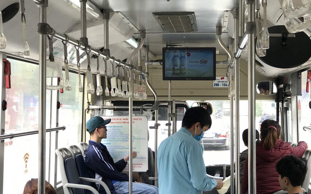 Quảng cáo màn hình LCD trên xe bus trong trung tâm thành phố Hà Nội